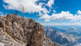 Gruppo di supporto dell'alpinista sulla cima della montagna di Zugspitze Fotografia Stock