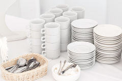 Gruppo di tazze di caffè vuote Tazza bianca per il tè o il caffè di servizio in prima colazione o in buffet e nell'evento di semi Immagine Stock Libera da Diritti