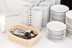 Gruppo di tazze di caffè vuote Tazza bianca per il tè o il caffè di servizio in prima colazione o in buffet e nell'evento di semi Fotografie Stock