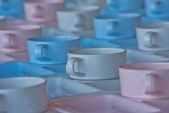 Gruppo di tazze e di piatti per servire Fotografie Stock