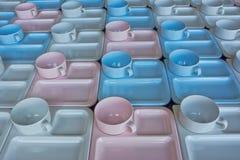 Gruppo di tazze e di piatti per servire Immagine Stock