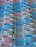 Gruppo di tazze e di piatti per servire Fotografie Stock Libere da Diritti