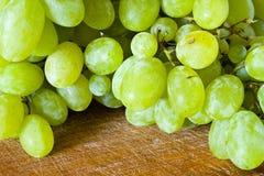 Gruppo di terminali dell'uva sulla tabella Immagini Stock