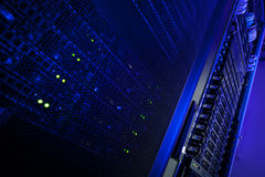 Gruppo di terminali della cremagliera del server in un centro dati Fotografia Stock