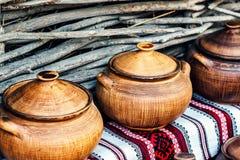 Gruppo di terraglie fatte a mano tradizionali da vendere al mercato Utensile fatto a mano ucraino delle terraglie Ricordi dall'Uc Immagine Stock