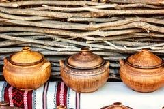Gruppo di terraglie fatte a mano tradizionali da vendere al mercato Utensile fatto a mano ucraino delle terraglie Ricordi dall'Uc Fotografia Stock Libera da Diritti
