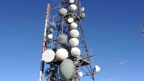 Gruppo di torri per le telecomunicazioni sulla cima della montagna Elettromagnetico e inquinamento ambientale Montagna p di Linzo video d archivio