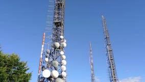 Gruppo di torri per le telecomunicazioni sulla cima della montagna Elettromagnetico e inquinamento ambientale Montagna p di Linzo stock footage