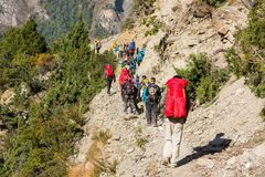 Gruppo di trekkers sul circuito di Annapurna nel Nepal Immagine Stock