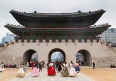 Gruppo di turista che porta costume tradizionale coreano nel palazzo immagini stock libere da diritti