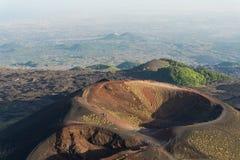Gruppo di turisti che camminano sull'orlo del cratere Immagine Stock