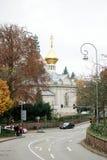 Gruppo di turisti che camminano verso la chiesa ortodossa russa Immagine Stock