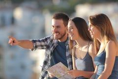 Gruppo di turisti che contemplano le viste sulla vacanza immagine stock libera da diritti