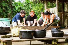 Gruppo di turisti che cucinano stile indigeno immagini stock libere da diritti