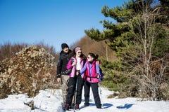 Gruppo di turisti che fanno un'escursione in un'alta montagna di inverno Immagine Stock