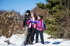 Gruppo di turisti che fanno un'escursione in un'alta montagna di inverno Immagini Stock