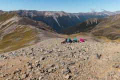 Gruppo di turisti che riposano nelle alpi del sud Fotografia Stock Libera da Diritti