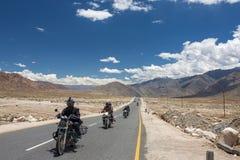 Gruppo di turisti della motocicletta che guidano i motocicli sull'autostrada nazionale di Manali - di Leh in Ladakh, India del No Fotografie Stock Libere da Diritti