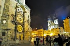 Gruppo di turisti nel centro di Praga alla notte Fotografia Stock