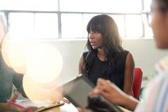 Gruppo di Unposed di gente di affari creativa in un ufficio aperto di concetto che confronta le idee il loro progetto seguente Immagini Stock