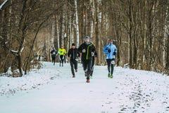 Gruppo di uomini che corrono sul vicolo di inverno Immagine Stock Libera da Diritti