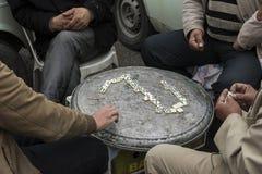Gruppo di uomini che giocano domino in tempo tempo libero Fotografie Stock