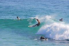 Gruppo di uomini che praticano il surfing Fotografia Stock Libera da Diritti