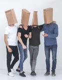 Gruppo di uomini con i sacchi di carta sulle loro teste immagine stock libera da diritti
