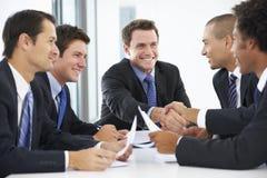 Gruppo di uomini d'affari che hanno riunione in ufficio immagini stock
