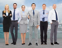 Gruppo di uomini d'affari sorridenti che fanno stretta di mano Fotografia Stock Libera da Diritti