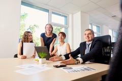 Gruppo di uomini di affari, donne di affari nell'ufficio di affari tum Fotografie Stock Libere da Diritti