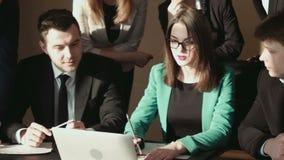Gruppo di uomo d'affari facendo uso del computer portatile stock footage