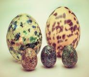 Gruppo di uova di Pasqua decorate nel fondo bianco nel colore d'annata Immagini Stock