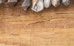 Gruppo di vecchi strumenti dell'annata dell'ossido trivelli immagine stock