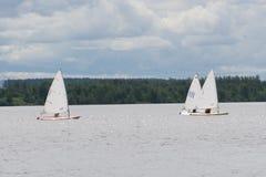 Gruppo di vela dell'yacht del drago nella regata vicino ad una boa immagini stock libere da diritti