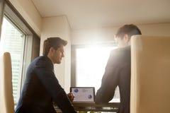 Gruppo di verifica di affari che lavora alla scrivania, analizzante infographi immagini stock libere da diritti
