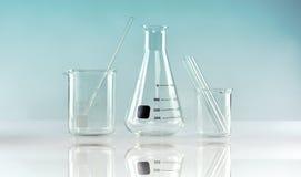 Gruppo di vetreria per laboratorio scientifica, ricerca e sviluppo Immagini Stock Libere da Diritti