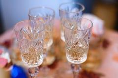 Gruppo di vetri di colpo vuoti per vodka nel pub Fotografie Stock