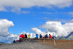 Gruppo di viaggiatori in alpi francesi Fotografie Stock Libere da Diritti
