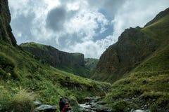Gruppo di viaggiatori che camminano avanti in montagne di estate, concetto di viaggio di viaggio di viaggio fotografia stock libera da diritti