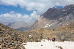 Gruppo di viandanti che camminano sul campo di neve Fotografia Stock Libera da Diritti