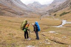 Gruppo di viandanti in montagne di Tien Shan Fotografia Stock