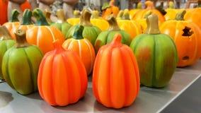 Gruppo di zucche variopinte dipinte a mano dell'argilla della decorazione per Halloween fotografia stock