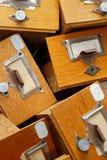 Gruppo disordinato di vecchi cassetti di legno Fotografia Stock