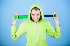 Gruppo e conflitto del bandito donna aggressiva con il pipistrello dal gruppo del bandito allenamento della donna con la mazza da immagini stock libere da diritti