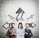 Gruppo e frecce di affari che mostrano il modo Fotografia Stock