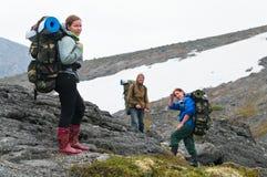 Gruppo faticoso di viaggiatori con zaino e sacco a pelo in montagne Fotografia Stock Libera da Diritti
