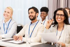 Gruppo felice di affari alla conferenza internazionale Immagini Stock Libere da Diritti