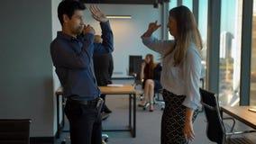 Gruppo felice di affari che celebra con il ballo nel loro ufficio archivi video