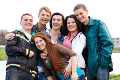 Gruppo felice di amici che sorridono all'aperto Fotografie Stock Libere da Diritti